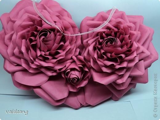 Вот пришла идея сделать из роз валентинку.МК на розы я уже выкладывала.Вам понадобиться:бумага А4-15-18 листов ,узкая тесьма  или лента 45 см,нитка   в два сложения ,картон плотный,клей  и нож канцелярский.. Фото 1