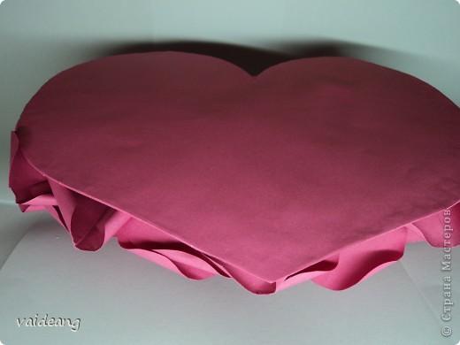 Вот пришла идея сделать из роз валентинку.МК на розы я уже выкладывала.Вам понадобиться:бумага А4-15-18 листов ,узкая тесьма  или лента 45 см,нитка   в два сложения ,картон плотный,клей  и нож канцелярский.. Фото 5