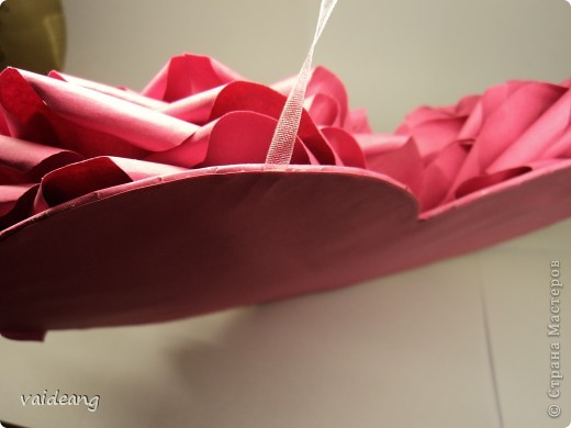 Вот пришла идея сделать из роз валентинку.МК на розы я уже выкладывала.Вам понадобиться:бумага А4-15-18 листов ,узкая тесьма  или лента 45 см,нитка   в два сложения ,картон плотный,клей  и нож канцелярский.. Фото 6