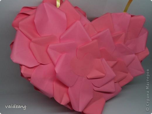 Вот пришла идея сделать из роз валентинку.МК на розы я уже выкладывала.Вам понадобиться:бумага А4-15-18 листов ,узкая тесьма  или лента 45 см,нитка   в два сложения ,картон плотный,клей  и нож канцелярский.. Фото 9