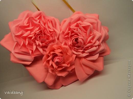 Вот пришла идея сделать из роз валентинку.МК на розы я уже выкладывала.Вам понадобиться:бумага А4-15-18 листов ,узкая тесьма  или лента 45 см,нитка   в два сложения ,картон плотный,клей  и нож канцелярский.. Фото 8