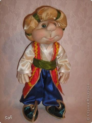 Всем доброго времени суток!!!! Хочу показать Вам дорогие Мастерицы мою новую куклу. Как часто это бывает с созданием кукол, задумка была одна, а кукла родилась, и сказала, кем ей быть. Посмотрела я на неё и увидела персонаж из мультика про «Маленького Мука», который терпел много мук. Ещё хочу показать Вам некоторые этапы рождения куклы, как делаю это я (ссылаясь, на МК Мастериц Страны Мастеров выделила для себя всё то, что сочла для себя самым удобным, такой сборкой и пользуюсь). Так же покажу, как я сделала своей кукле обувь в восточном стиле. Надеюсь, моя информация будет кому-то полезна. Приятного всем просмотра.. Фото 1