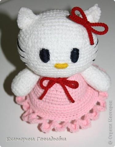 Игрушка Вязание крючком: Hello Kitty Пряжа 8 марта.  Фото 2.