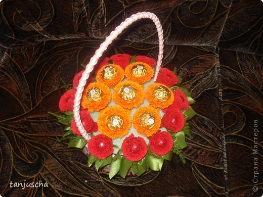 Master Class, Sweet Design Bumagoplastika: Sweet basket with delicious candy Corrugated paper, beads, belts on March 8, Birthday, Family Day, Teacher's Day. Photo 15
