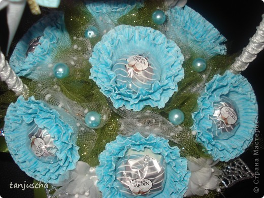 Master Class, Sweet Design Bumagoplastika: Sweet basket with delicious candy Corrugated paper, beads, belts on March 8, Birthday, Family Day, Teacher's Day. Photo 27