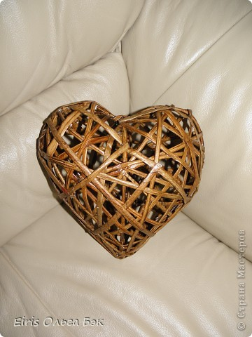 Каждый раз, когда я видела плетеные сердца из лозы или из веток в магазине, появлялось  большое желание купить.  Очень они мне нравятся, смотрятся очень красиво. Но слова моего мужа -