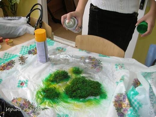 Вот такой симпатичный домик можно сделать из соломы или сухих травяных стеблей.  Для работы нужно приготовить: *Основу из фанеры, ДВП или гофракартона *Тонкую, можно старую, х/б ткань без яркого рисунка *Мучной клейстер *Гуашь и кисти *Мох, веточки, сухоцветы или искусственные мклкие цветочки *Травяную кисть для побелки *Соломку или сухие стебли травы *Шпагат (тонкую верёвочку) *Клей