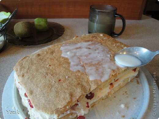 Это мой первый МК, эксперементировала с фото, так что за качество прошу прощения заранее. когда-то я купила сливки для взбивания и для их пробы решила испечь самый простой бисквит, еще у меня остались киви, попробовала со сливками, получилось вкусно. Когда началась клубника, добавила и ее, а однажды, когда делала такой торт у меня оказался творог под рукой, так и родился данный рецепт.. Фото 7