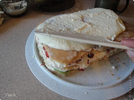 Это мой первый МК, эксперементировала с фото, так что за качество прошу прощения заранее. когда-то я купила сливки для взбивания и для их пробы решила испечь самый простой бисквит, еще у меня остались киви, попробовала со сливками, получилось вкусно. Когда началась клубника, добавила и ее, а однажды, когда делала такой торт у меня оказался творог под рукой, так и родился данный рецепт.. Фото 8