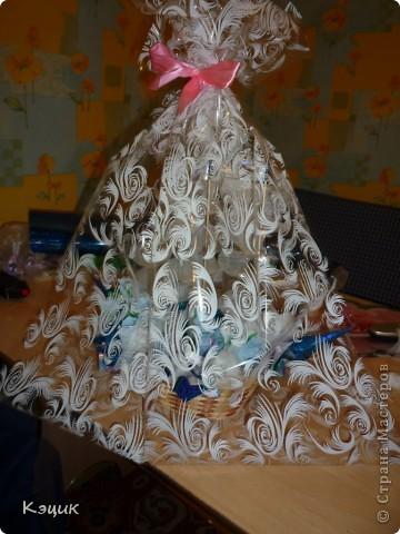 Aquí está una madrina cumpleaños nave volvió.  Para trabajar se necesita: dulces, papel de embalaje, papel corrugado, pistola de pegamento, espuma floral o ladrillo, pinchos y púas, cuerdas, así, de la tijera del curso, regla y lápiz, cinta, como todos :).  Foto 6