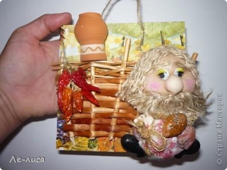 Мастер-класс Коллаж: Домовой у плетня или утилизация цветочной корзины. Мини-МК.. Фото 1