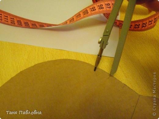 Вот такая шкатулочка романтичная родилась. Сплетена из кассовой ленты. Трубочки крутила наизнанку. Ширина ленты 5,8см , длина 40см, крутила на спицу 1,5.Окрашены трубочки краской для яиц. Покрыта двумя слоями акрилового бесцветного лака. На донышке декупаж и лак.  Размеры:30*22*10.Бусины деревянные. Впрочем, все по порядку.. Фото 5