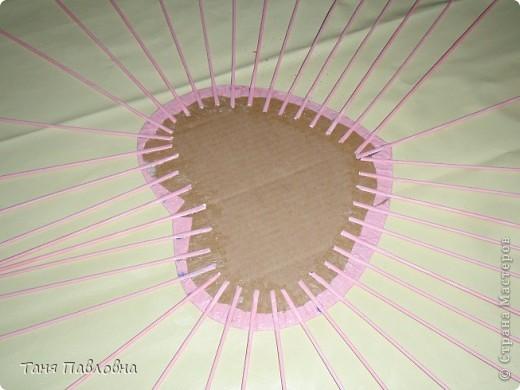 Вот такая шкатулочка романтичная родилась. Сплетена из кассовой ленты. Трубочки крутила наизнанку. Ширина ленты 5,8см , длина 40см, крутила на спицу 1,5.Окрашены трубочки краской для яиц. Покрыта двумя слоями акрилового бесцветного лака. На донышке декупаж и лак.  Размеры:30*22*10.Бусины деревянные. Впрочем, все по порядку.. Фото 12