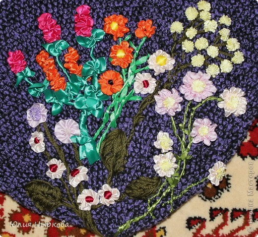 на сумке цветы из атласных лент.
