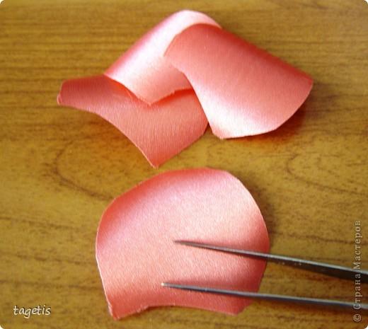 """Предлагаю МК розы """"распустившейся"""". Эта роза из ленты шириной 5см. Можно использовать любой другой материал (атлас, креп-сатин или любую другую ткань, из которой можно сделать лепестки, но не очень мягкую - из атласной ткани получается плохо, она не держит форму). Фото 4"""