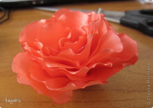 """Предлагаю МК розы """"распустившейся"""". Эта роза из ленты шириной 5см. Можно использовать любой другой материал (атлас, креп-сатин или любую другую ткань, из которой можно сделать лепестки, но не очень мягкую - из атласной ткани получается плохо, она не держит форму). Фото 20"""