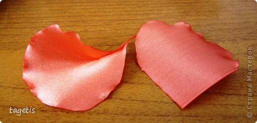 """Предлагаю МК розы """"распустившейся"""". Эта роза из ленты шириной 5см. Можно использовать любой другой материал (атлас, креп-сатин или любую другую ткань, из которой можно сделать лепестки, но не очень мягкую - из атласной ткани получается плохо, она не держит форму). Фото 22"""