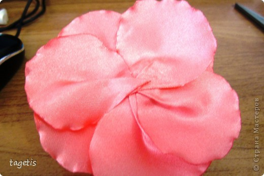 """Предлагаю МК розы """"распустившейся"""". Эта роза из ленты шириной 5см. Можно использовать любой другой материал (атлас, креп-сатин или любую другую ткань, из которой можно сделать лепестки, но не очень мягкую - из атласной ткани получается плохо, она не держит форму). Фото 23"""