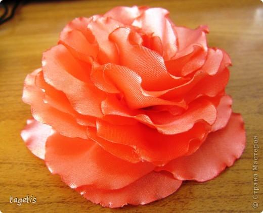 """Предлагаю МК розы """"распустившейся"""". Эта роза из ленты шириной 5см. Можно использовать любой другой материал (атлас, креп-сатин или любую другую ткань, из которой можно сделать лепестки, но не очень мягкую - из атласной ткани получается плохо, она не держит форму). Фото 25"""