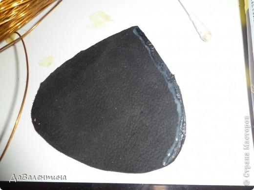 Представляю Вашему вниманию свою вторую работу из кожи.Размер 40 х 50 см без рамы!!! Делала для себя, поэтому получилось много фотографий. МК разбиваю на несколько частей. В работе использована натуральная кожа от давно вышедшей из моды черной куртки и куски от другой куртки , когда-то болотного цвета. Так же понадобятся : краски-спрей, акриловые краски, клей