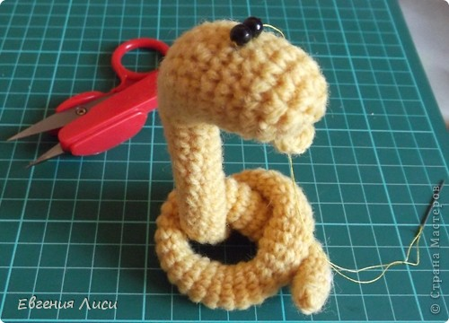 Игрушка, Мастер-класс Вязание крючком: Готовь сани летом - 2. Описание змеек. Пряжа Новый год. Фото 15