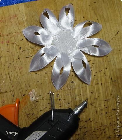 Мастер-класс Цумами Канзаши: Цветок из узкой ленты Бусинки, Клей, Ленты Начало учебного года. Фото 11