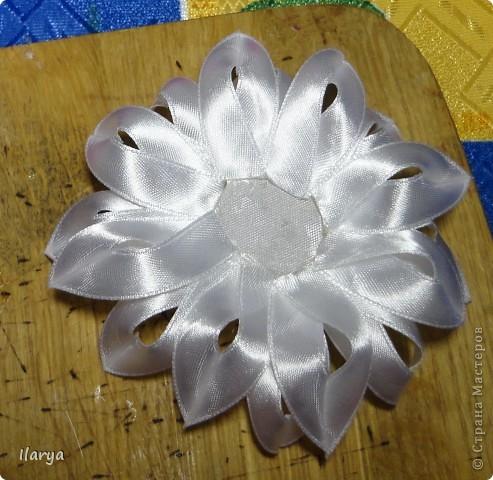 Мастер-класс Цумами Канзаши: Цветок из узкой ленты Бусинки, Клей, Ленты Начало учебного года. Фото 12
