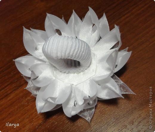 Мастер-класс Цумами Канзаши: Цветок из узкой ленты Бусинки, Клей, Ленты Начало учебного года. Фото 13