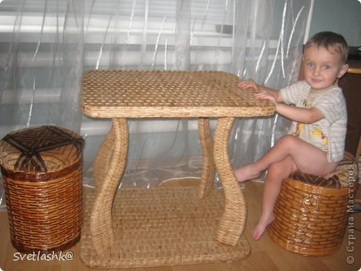 Столик из газет плетений