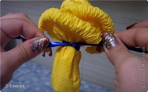 Вчера в честь дня знаний  научила маму делать розу из салфеток!) Автора не знаю) Нашла идею в интернете). Фото 8