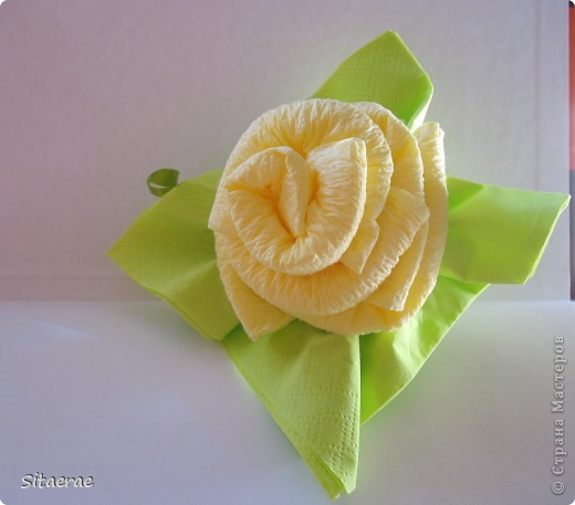 Вчера в честь дня знаний  научила маму делать розу из салфеток!) Автора не знаю) Нашла идею в интернете). Фото 9
