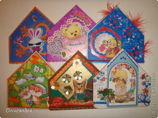 """МК по закладкам  <a href=""""http://scraphouse.ru/masterclass/flowers-and-decorations/beautiful-bookmarks-for-book.html"""" title=""""http://scraphouse.ru/masterclass/flowers-and-decorations/beautiful-bookmarks-for-book.html"""">http://scraphouse.ru/masterclass/flowers-and-decorations/beautiful-bookm...</a> А здесь закладки, сделанные ранее ... <a href=""""http://stranamasterov.ru/blog/34319/1484"""" title=""""http://stranamasterov.ru/blog/34319/1484"""">http://stranamasterov.ru/blog/34319/1484</a> ********************************************************************************************* Добрый день! Я ,в очередной раз, с закладками. В этот раз получилась """"Детская серия"""". Несмотря на то, что постепенно """"обрастаю"""" необходимыми материалами для скрапа, продолжаю использовать в своих работах и бросовый материал.  Не потому , что жаль расставаться с красивыми бумажками, просто хочется попробовать свои силы и сделать что-то симпатичное из того, что можно найти  в каждом доме. Использовала картон для детского творчества. Все фоны делала самостоятельно с помощью штампов и чернил. Пользовалась дыроколами и искала применение для стикеров. И вот , что получилось в итоге... . Фото 1"""