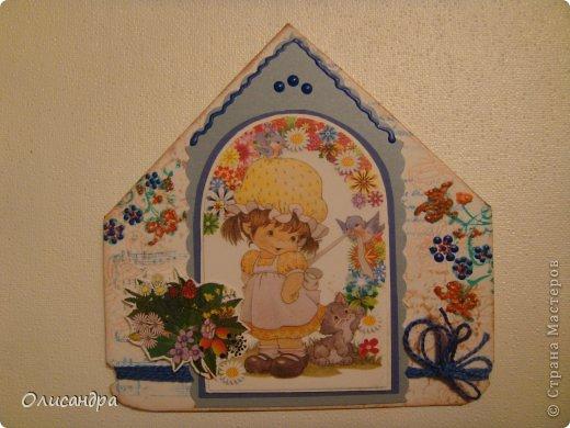 """МК по закладкам  <a href=""""http://scraphouse.ru/masterclass/flowers-and-decorations/beautiful-bookmarks-for-book.html"""" title=""""http://scraphouse.ru/masterclass/flowers-and-decorations/beautiful-bookmarks-for-book.html"""">http://scraphouse.ru/masterclass/flowers-and-decorations/beautiful-bookm...</a> А здесь закладки, сделанные ранее ... <a href=""""http://stranamasterov.ru/blog/34319/1484"""" title=""""http://stranamasterov.ru/blog/34319/1484"""">http://stranamasterov.ru/blog/34319/1484</a> ********************************************************************************************* Добрый день! Я ,в очередной раз, с закладками. В этот раз получилась """"Детская серия"""". Несмотря на то, что постепенно """"обрастаю"""" необходимыми материалами для скрапа, продолжаю использовать в своих работах и бросовый материал.  Не потому , что жаль расставаться с красивыми бумажками, просто хочется попробовать свои силы и сделать что-то симпатичное из того, что можно найти  в каждом доме. Использовала картон для детского творчества. Все фоны делала самостоятельно с помощью штампов и чернил. Пользовалась дыроколами и искала применение для стикеров. И вот , что получилось в итоге... . Фото 4"""