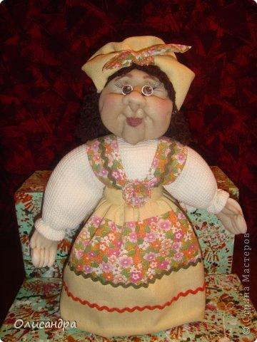 """В Стране Мастеров очень много красивых кукол.  """"Хозяюшка"""" далека от совершенства. Но я вложила в нее свою душу, т.к. делала в подарок.  Было сложно, потому что шить не умею и не люблю. Для меня эта куколка- маленький подвиг.  Швейную машинку так и не приобрела, поэтому опять вручную... . Фото 11"""