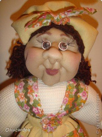 """В Стране Мастеров очень много красивых кукол.  """"Хозяюшка"""" далека от совершенства. Но я вложила в нее свою душу, т.к. делала в подарок.  Было сложно, потому что шить не умею и не люблю. Для меня эта куколка- маленький подвиг.  Швейную машинку так и не приобрела, поэтому опять вручную... . Фото 14"""