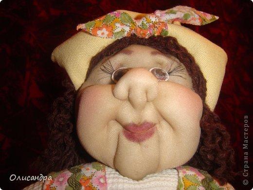 """В Стране Мастеров очень много красивых кукол.  """"Хозяюшка"""" далека от совершенства. Но я вложила в нее свою душу, т.к. делала в подарок.  Было сложно, потому что шить не умею и не люблю. Для меня эта куколка- маленький подвиг.  Швейную машинку так и не приобрела, поэтому опять вручную... . Фото 3"""