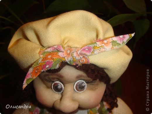 """В Стране Мастеров очень много красивых кукол.  """"Хозяюшка"""" далека от совершенства. Но я вложила в нее свою душу, т.к. делала в подарок.  Было сложно, потому что шить не умею и не люблю. Для меня эта куколка- маленький подвиг.  Швейную машинку так и не приобрела, поэтому опять вручную... . Фото 5"""