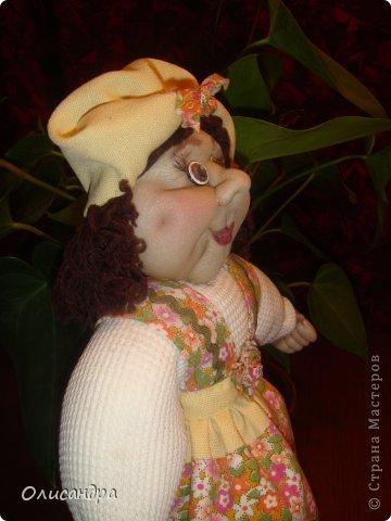 """В Стране Мастеров очень много красивых кукол.  """"Хозяюшка"""" далека от совершенства. Но я вложила в нее свою душу, т.к. делала в подарок.  Было сложно, потому что шить не умею и не люблю. Для меня эта куколка- маленький подвиг.  Швейную машинку так и не приобрела, поэтому опять вручную... . Фото 6"""
