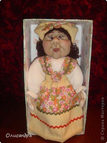 """В Стране Мастеров очень много красивых кукол.  """"Хозяюшка"""" далека от совершенства. Но я вложила в нее свою душу, т.к. делала в подарок.  Было сложно, потому что шить не умею и не люблю. Для меня эта куколка- маленький подвиг.  Швейную машинку так и не приобрела, поэтому опять вручную... . Фото 12"""