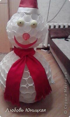 Фото снеговик из пластиковых стаканчиков своими руками
