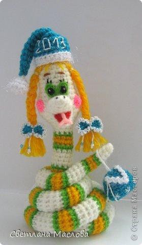 Поделка, изделие Вязание крючком: Снегурочка-змейка . Пряжа Новый год