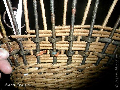 Мастер-класс, Поделка, изделие Плетение: Корзинка-чугунок Бумага газетная, Трубочки бумажные Отдых. Фото 11