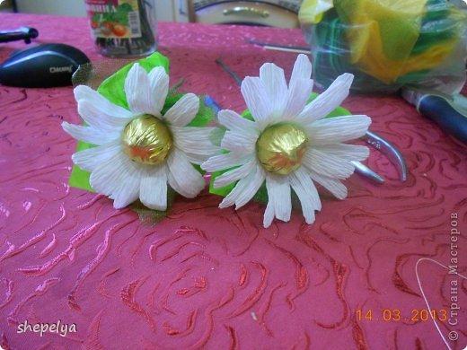 Ромашки с конфетами своими руками из бумаги