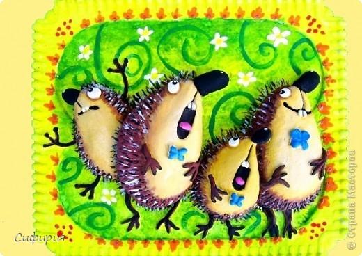 День ежа Идут двенадцать ежиков зеленым бережком, а впереди ежоночек с гармошкой и флажком. Под колкою попонкою у каждого ежа жилет, рубашка тонкая и кожаный пиджак. Шагают в ногу ежики под песенку свою и все зверьки прохожие как ежики поют: «Вверху летают зяблики и день стоит грибной, пусть каждый ежик с яблоком воротится домой. Сегодня после дождика погода хороша, сегодня праздник ежика, сегодня День Ежа!» © Наталья Лясковская Мимо этого дня пройти было невозможно! День веселого ёжика! А у меня получился целый квартет поющих ежей! Ёжики создавались по картинкам Льва Бартенева.. Фото 1