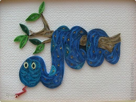 Из предложенных дат и праздников не задумываясь выбрала 29 декабря - День символа 2013 года - Змеи. Замечательный повод узнать побольше информации об этом мудром животном, о людях, рожденных в год Змеи, к которым относится и моя дочка, подумать о том, как можно было бы отметить такой праздник...<br /> Из кучи идей и перебранных в голове возможных техник остановилась на квиллинге.. Фото 1