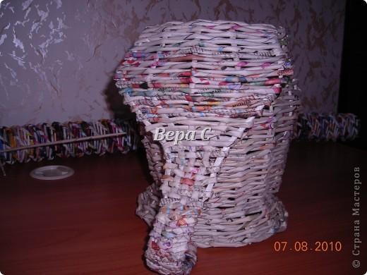 Вот такого слонёнка-бочонка я сплела из газетных трубочек. В нём можно хранить какие-то предметы,клубки и т.д. Крышкой у него служит шляпка.. Фото 14