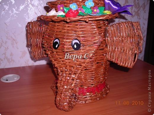 Вот такого слонёнка-бочонка я сплела из газетных трубочек. В нём можно хранить какие-то предметы,клубки и т.д. Крышкой у него служит шляпка.. Фото 1