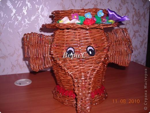 Вот такого слонёнка-бочонка я сплела из газетных трубочек. В нём можно хранить какие-то предметы,клубки и т.д. Крышкой у него служит шляпка.. Фото 25