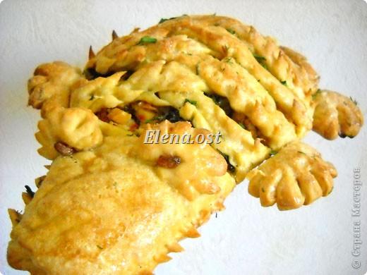 """Мясной пирог """"Крокодил"""" - украшение семейного обеда. Побалуем своих родных оригинальным блюдом. Начинка может быть любая. Для теста:            1 стакан молока,1 яйцо,50 г дрожжей,125 г маргарина,500 г муки,1 ст. ложка сахара, щепотка соли.(или любимый Ваш рецепт дрожжевого теста) Начинка:грудка куриная вареная(500 г),лук, перец сладкий, морковь.(или любой мясной фарш+лук).. Фото 1"""