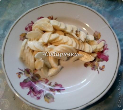 Доброго времени суток! Предлагаю Вам мастер-класс по приготовлению торта со сливочным кремом и фруктами. Для приготовления необходимо: Для теста: - яйцо (6 шт) - сахар (1 ст) - мука (1 ст) - цедра половинки апельсина (лимона) или ванильный сахар для аромата - разрыхлитель-сода (1/2 ч.л.) Для суфле: - желатин (15 г) - сливки (500 г) - сахар (1/2 ст) - фрукты (в моем случае консервированные персики и бананы) - ванильный сахар. Фото 12